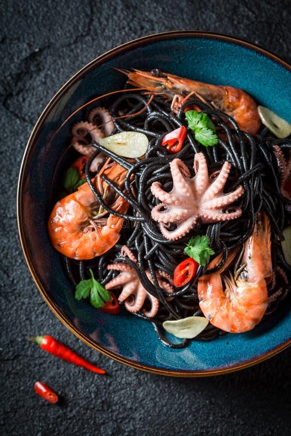 Heerlijke zeevruchten zwarte die deegwaren van tijgergarnalen en octopus worden gemaakt royalty-vrije stock foto