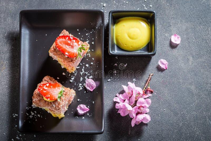 Heerlijke zoete die sushi van aardbei en mango worden gemaakt stock foto