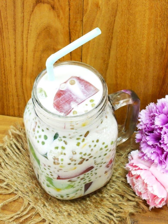 Heerlijke zoete melktofu met gelei stock foto's