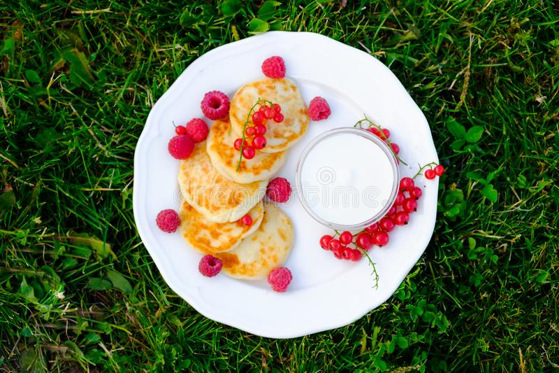 Heese薄煎饼、syrniki用莓和红浆果 库存照片