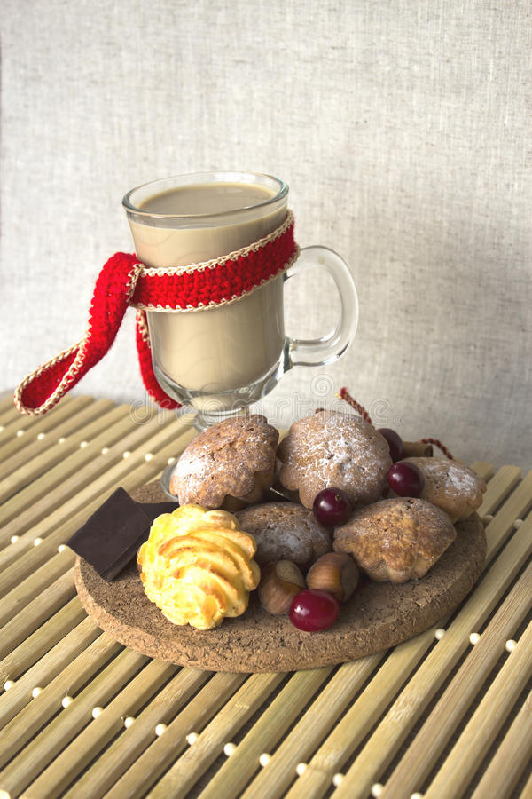 Heet chocolade en dessert stock afbeelding