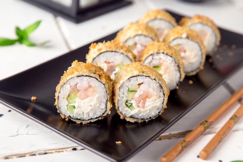 Heet gebraden Sushibroodje met garnalen, komkommer en kaas Philadelphia Sushimenu royalty-vrije stock foto's