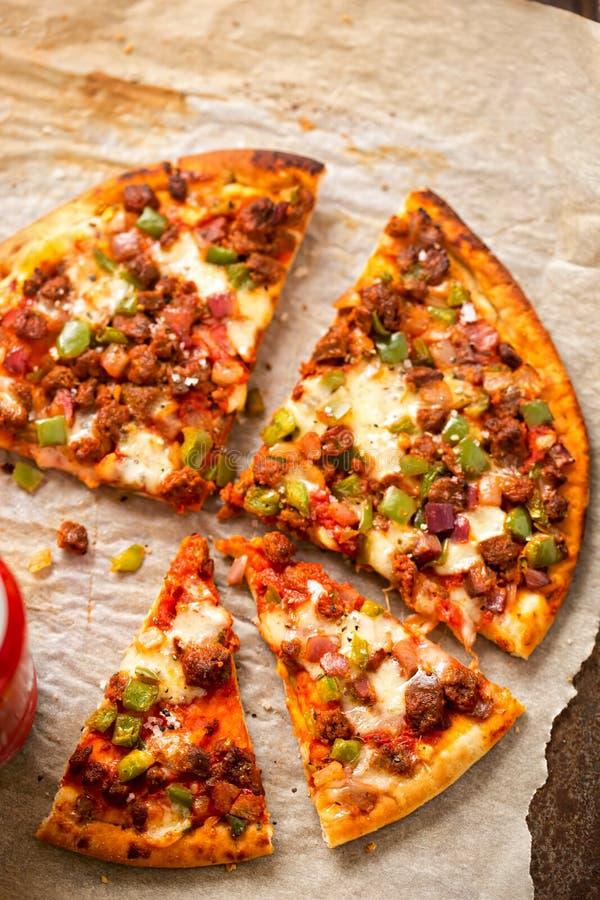 Heet gekruid rundvlees, groene paprikapizza stock foto's