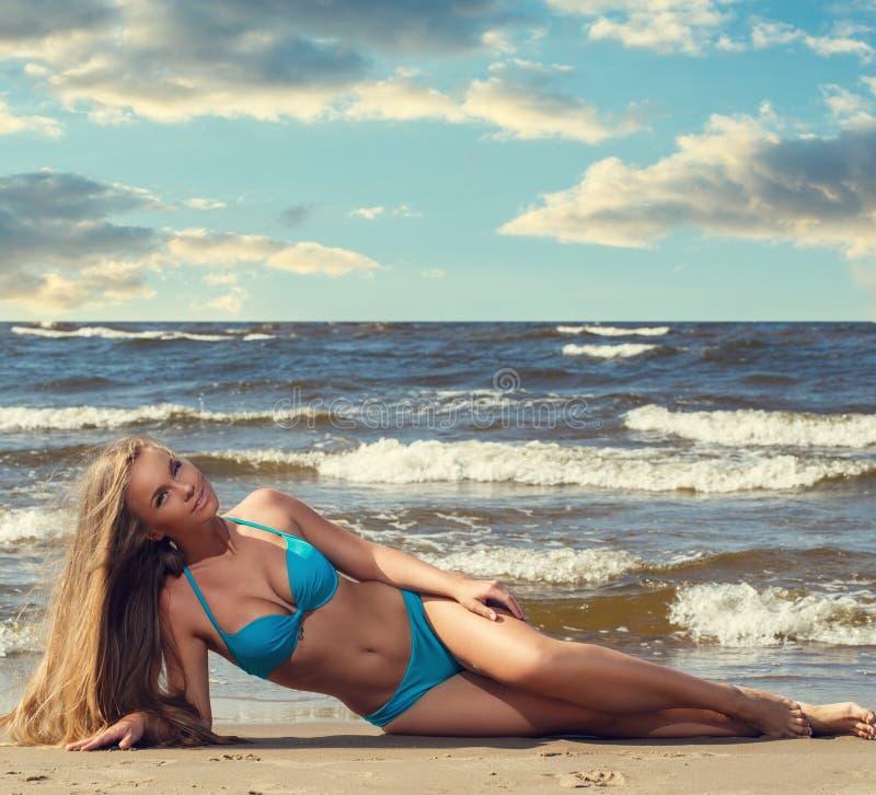 Heet meisje op het strand royalty-vrije stock afbeelding
