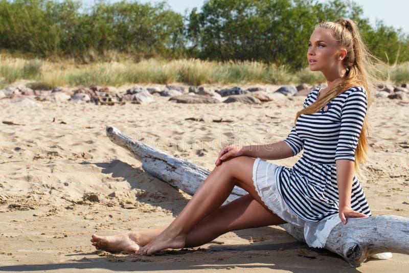 Heet meisje op het strand stock foto