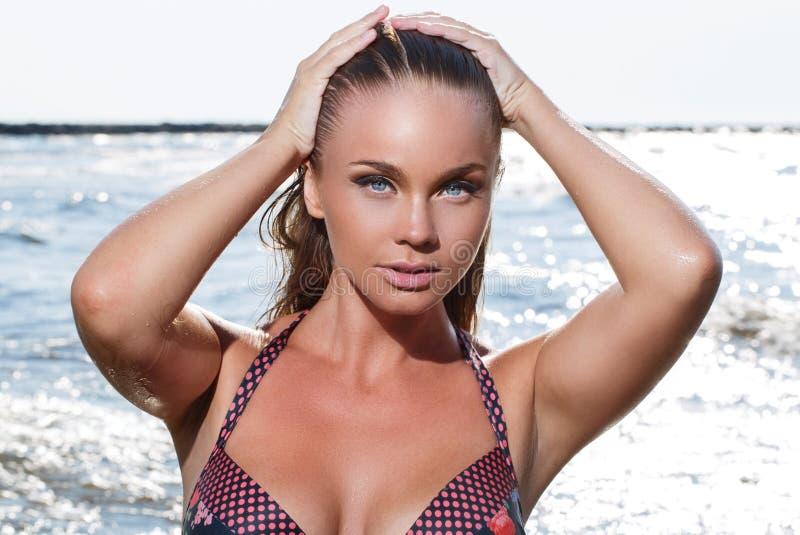 Heet meisje op het strand stock fotografie