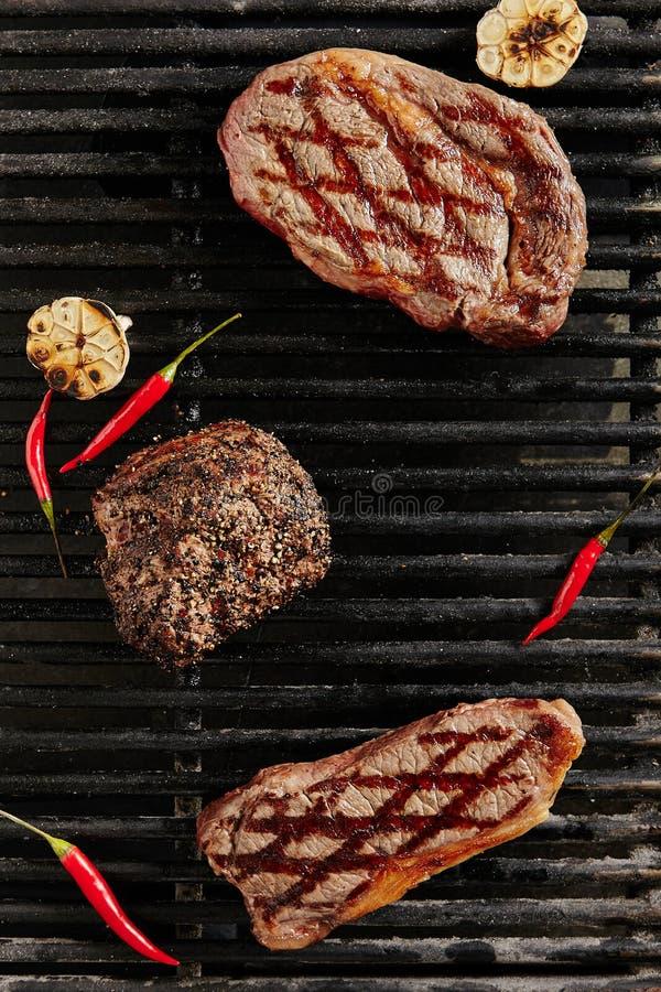 Heet Sappig Ribeye-Lapje vlees op de Achtergrond van de Barbecuegrill stock afbeeldingen