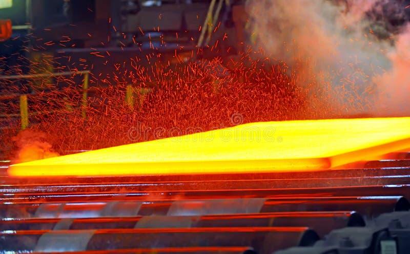 Heet staal op transportband royalty-vrije stock afbeeldingen