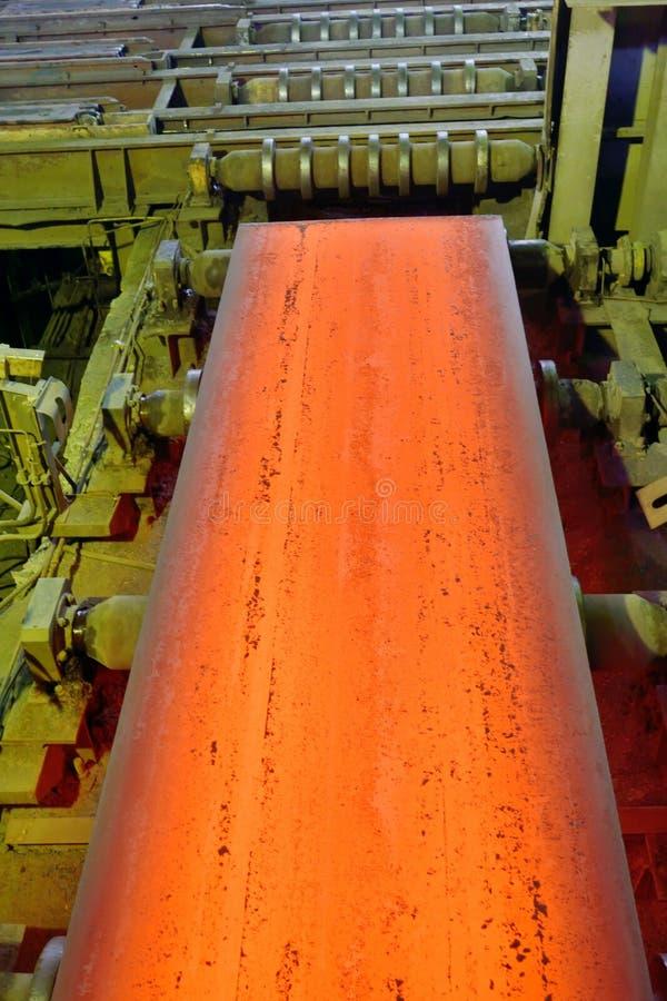 Heet staal op transportband stock foto's
