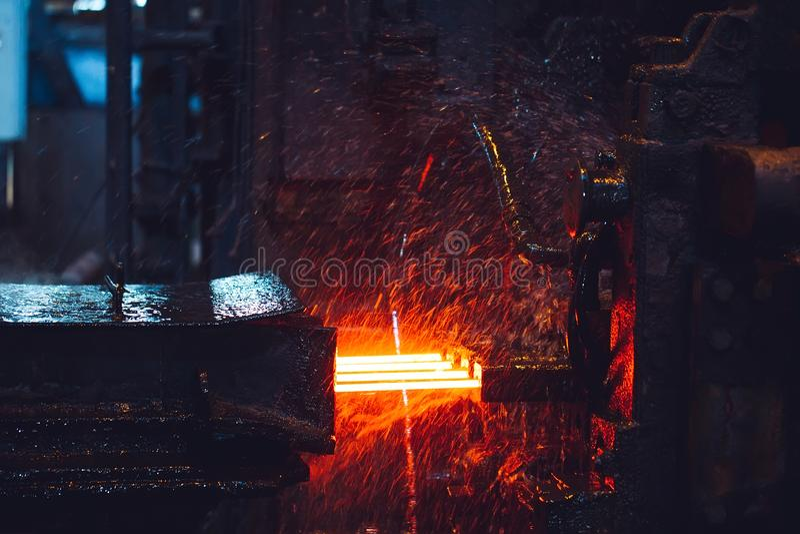 Heet staal op transportband in staalfabriek, stock afbeeldingen