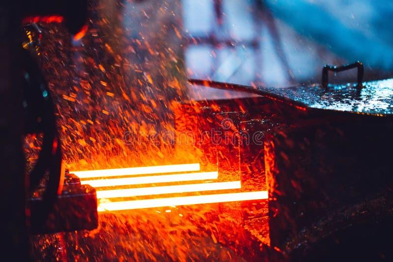 Heet staal op transportband in staalfabriek, stock fotografie
