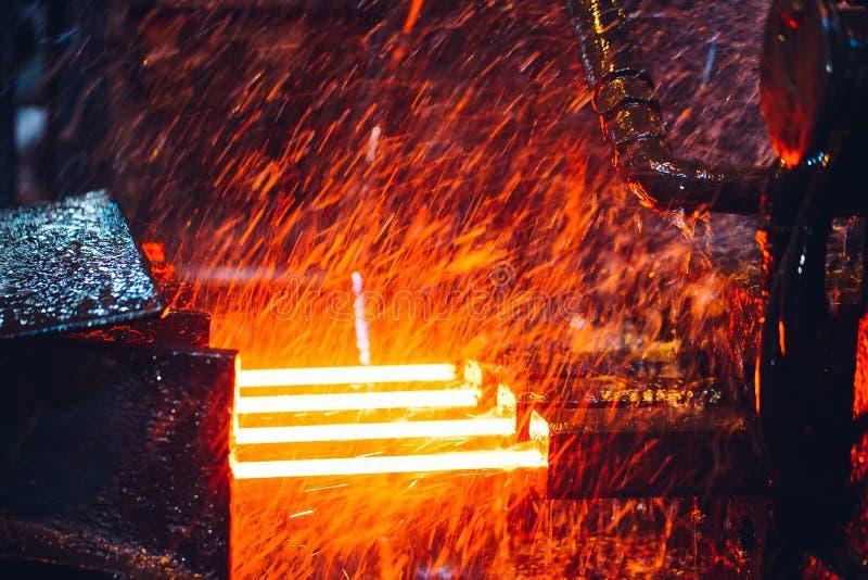 Heet staal op transportband in staalfabriek stock afbeelding