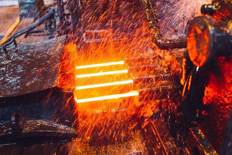 Heet staal op transportband in staalfabriek stock foto's