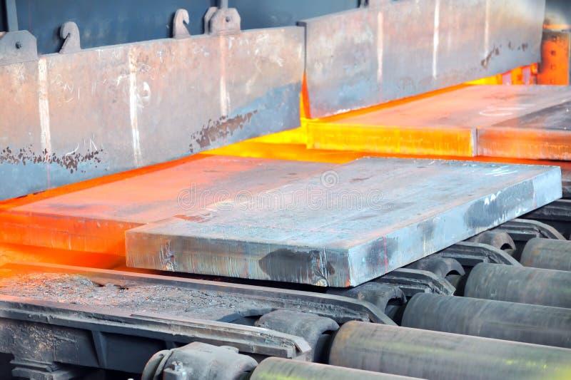 Heet staal in oven stock fotografie