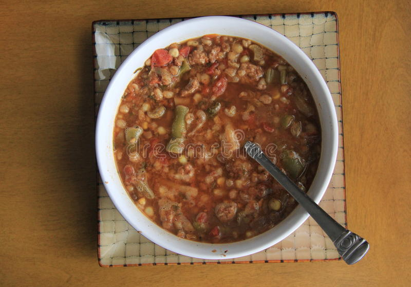 Heet, stomend kom de soep van de rundvleesgerst op lijst royalty-vrije stock afbeelding