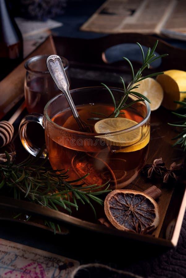 Heet thee in de koude avond stock afbeeldingen