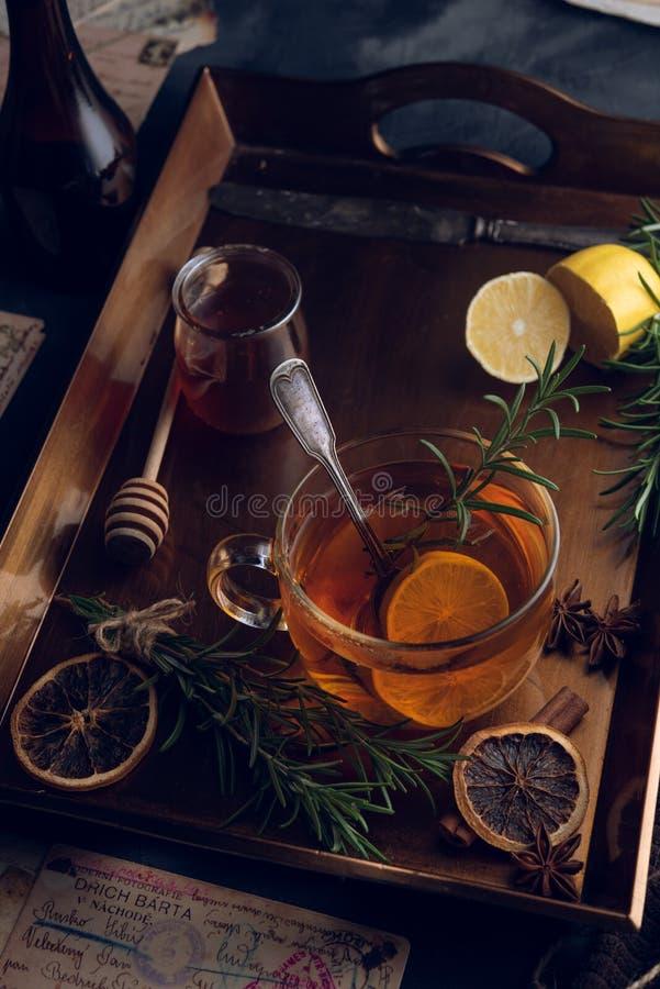 Heet thee in de koude avond royalty-vrije stock foto's