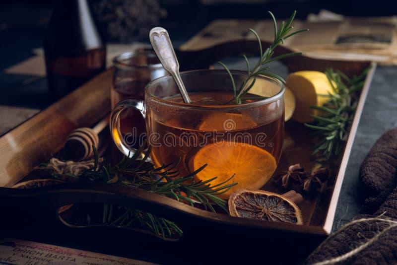 Heet thee in de koude avond stock afbeelding