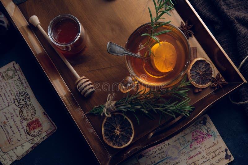 Heet thee in de koude avond stock fotografie