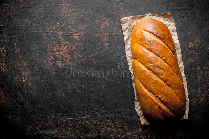 Heet vers brood op papier stock foto's