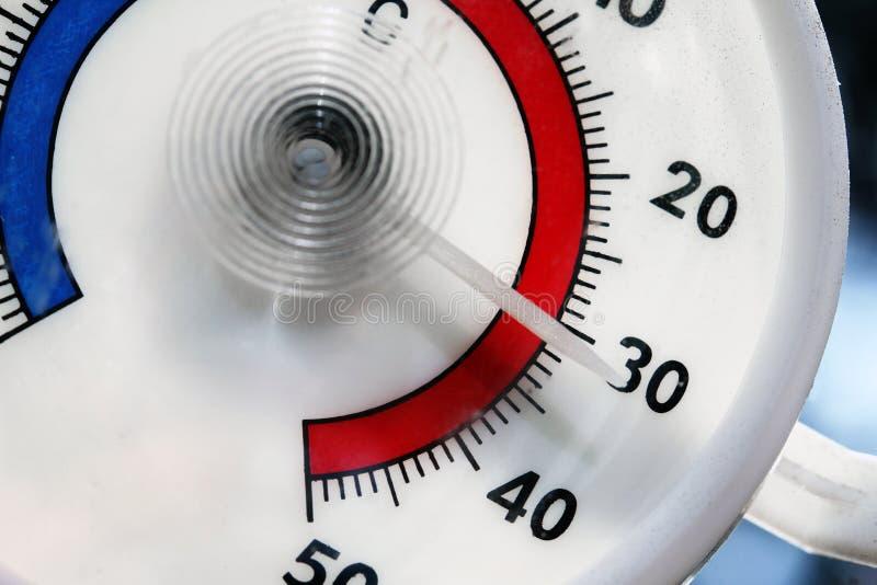 Heet weer - close-up van openluchtthermometer stock foto