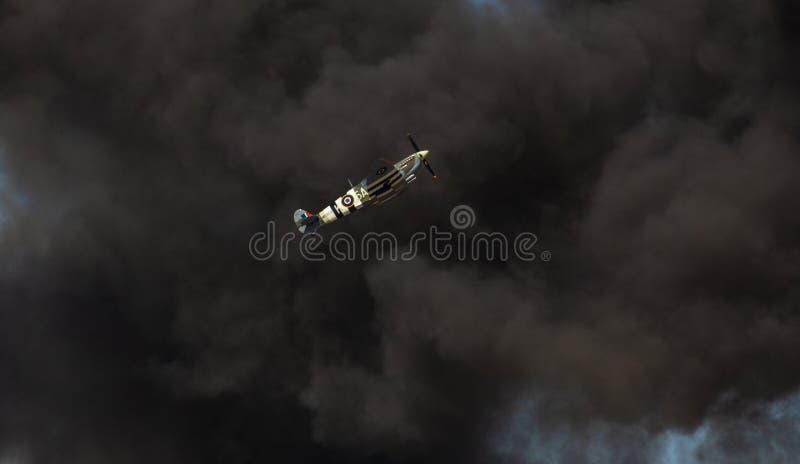 Heethoofdvechter die door een rookwolk beklimmen stock fotografie