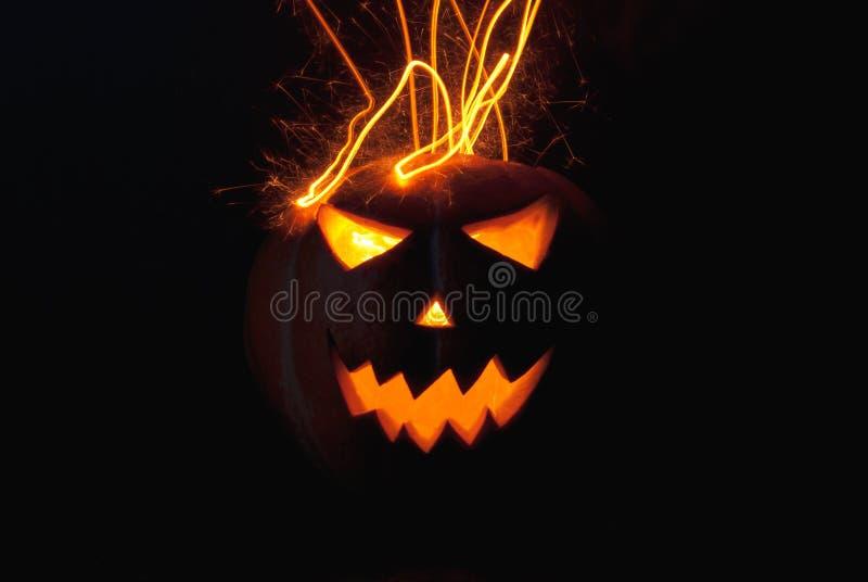 Hefboom-o & x27; - lantaarn enge glanzende ogen in de duisternis stock afbeelding