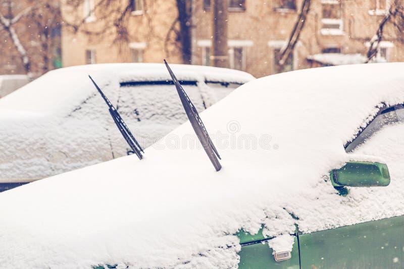 Heftige Wischwischer auf dem Auto schneebedeckt lizenzfreies stockbild