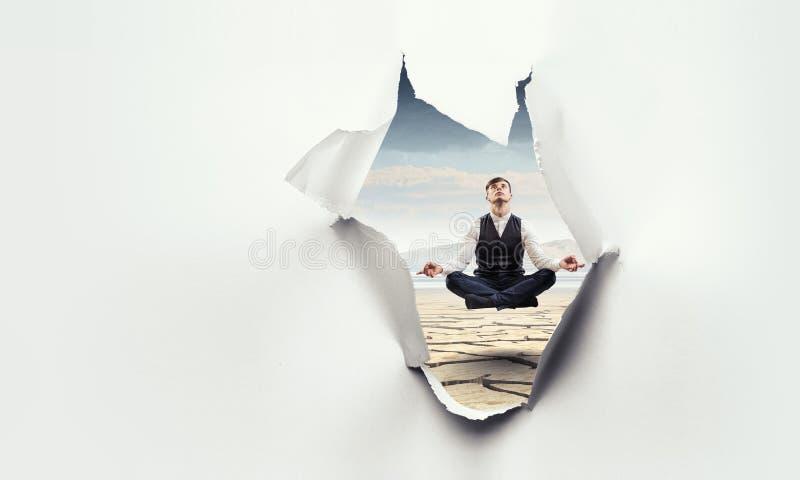 Heftiger Papierlocheffekt mit frei schwebendem Geschäftsmann lizenzfreie stockbilder