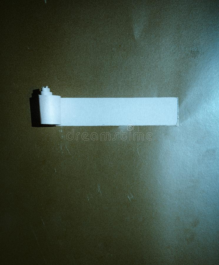Heftiges Papier mit Platz für Ihre Meldung Loch im leeren Papierraum stockfotografie