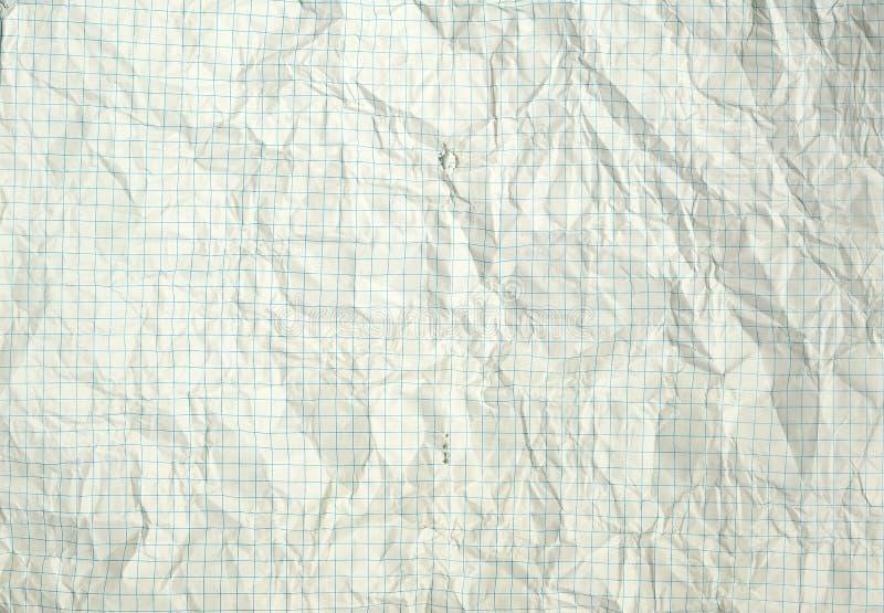 heftiges und geknittertes weißes leeres quadratisches Blatt von einem Schulnotizbuch, zurück zu Schule stockfoto