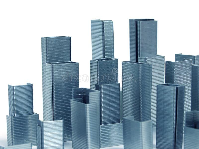 Heftklammern ordnet als Wolkenkratzer an lizenzfreies stockbild