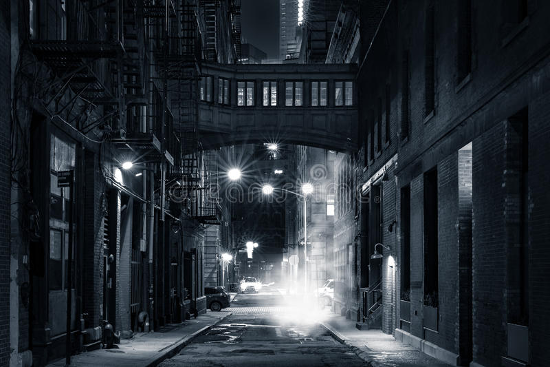 Heftklammerstraße skybridge bis zum Nacht stockfotos