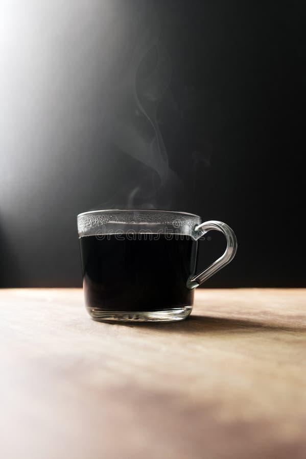 Heiße dampfige Glaskaffeetasse mit Kopien-Raum lizenzfreie stockfotos