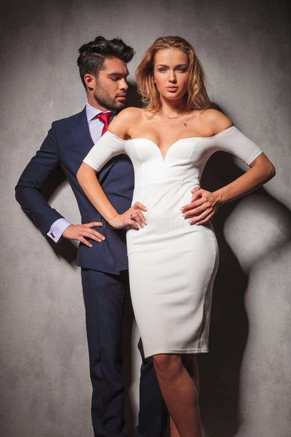 Heiße elegante Modepaare, die mit den Händen auf Hüften stehen lizenzfreie stockfotos