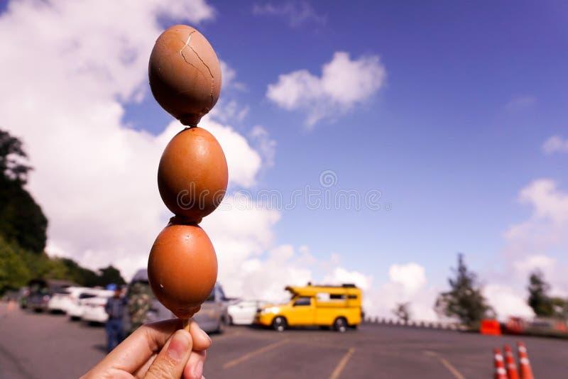 Heiße gegrillte Eier auf Mädchenhand stockfotos