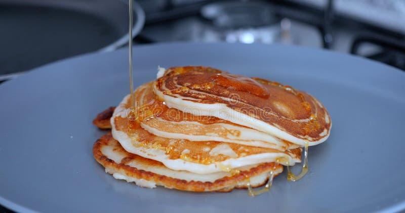 Heiße geschmackvolle Pfannkuchen mit Honig, Nahaufnahme lizenzfreie stockfotografie