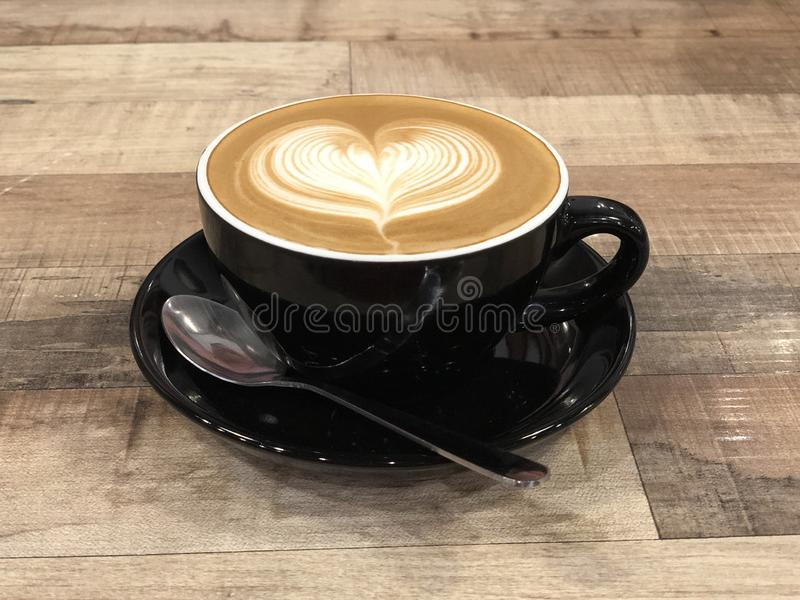 Heiße Kaffeecappuccino Lattekunst mit Herzentwurf lizenzfreie stockfotos