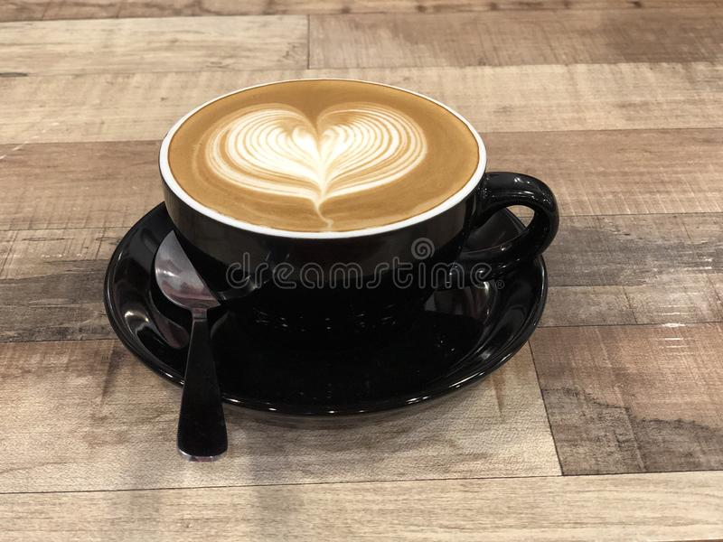Heiße Kaffeecappuccino Lattekunst mit Herzentwurf lizenzfreie stockfotografie