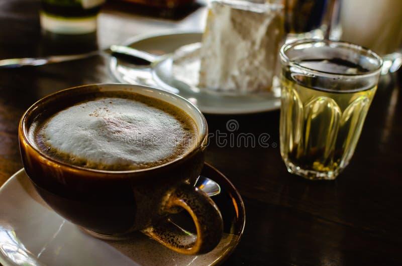 Heiße Kaffeetasse gedient mit heißem Tee im Kaffee lizenzfreies stockfoto