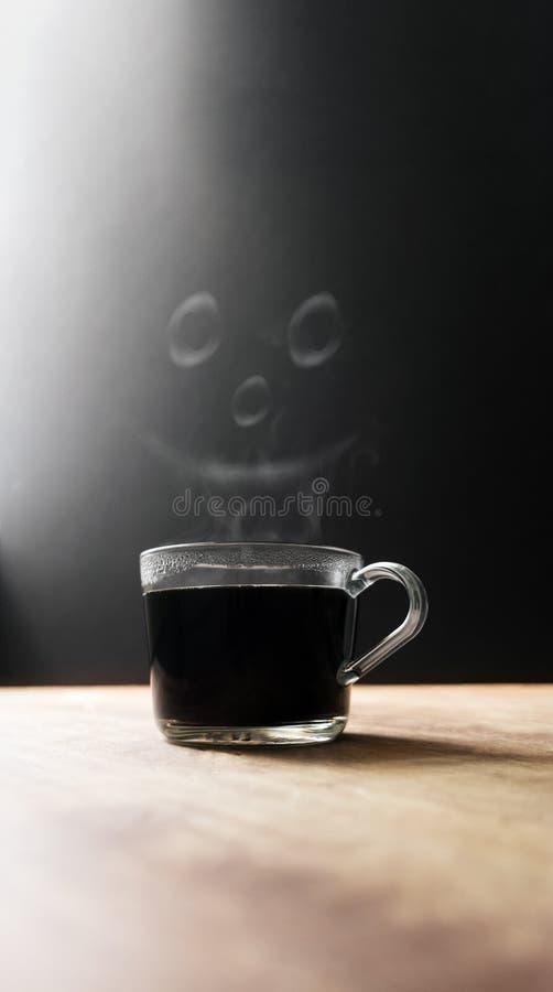 Heiße Kaffeetasse mit dampfigem Smiley Happy Face stockfotos