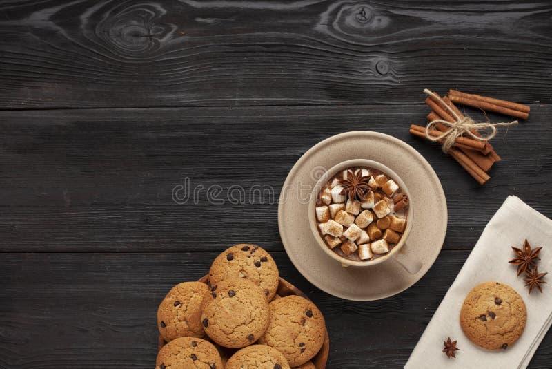Heiße Kakao- und Kekse auf schwarzem Tisch stockbild
