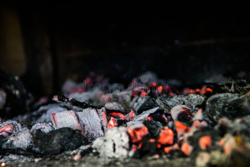 Heiße Kohle, Glut des Grills und nahes hohes des Rauches stockbild