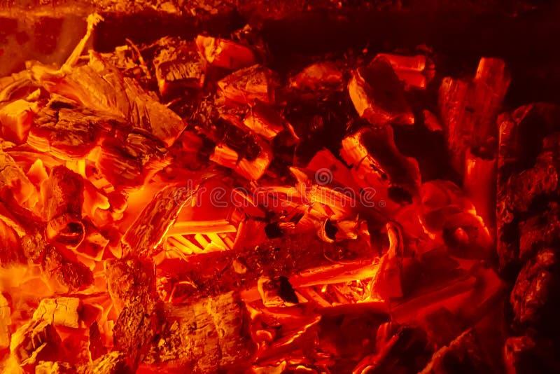 Heiße Kohle mit Lichtern, Vorbereitung für das Kochen von Kebabs, Grill stockbilder