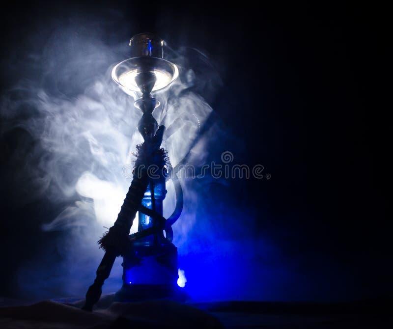 Heiße Kohlen der Huka auf shisha rollen mit schwarzem Hintergrund Stilvolles orientalisches shisha stockfotografie