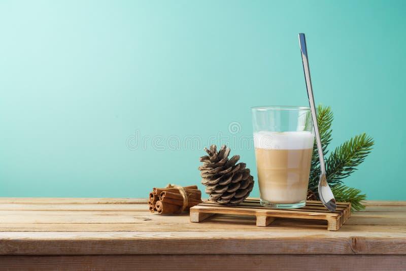 Heiße Latte macchiato Kaffeetasse auf Holztisch Feiertagsvektorabbildung mit Gabel, Orange und Anis lizenzfreies stockbild