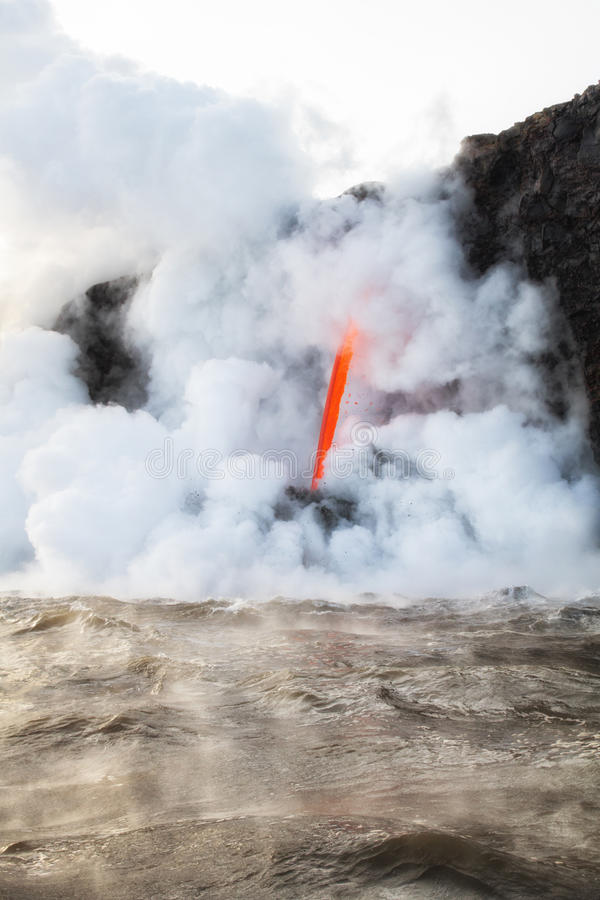 Heiße Lava erhitzt oben Ozean in Hawaii lizenzfreie stockfotos