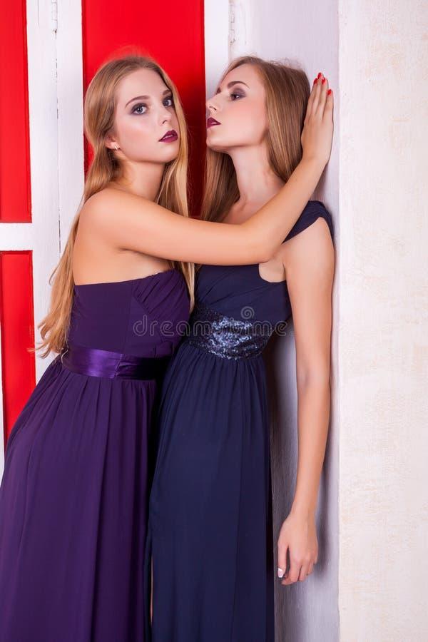 Heiße Lesbenpaare im Weinleseinnenraum lizenzfreies stockfoto