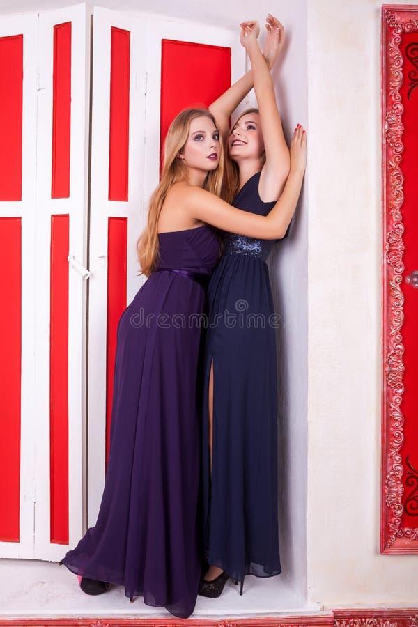 Heiße Lesbenpaare im Weinleseinnenraum lizenzfreie stockbilder