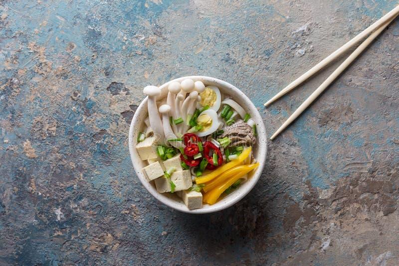 Heiße Nudelsuppe mit Paprika, Tofu und Pilzen lizenzfreie stockfotografie